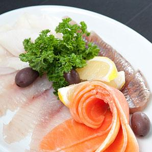 Carpaccio de poissons marinés à l'huile d'olive extra vierge et aux agrumes