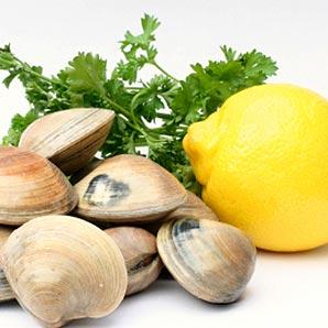 Cassolette de coquillage et fruits de mer aux pétales d'ail et poivrons
