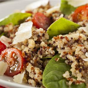 Salade de quinoa, tomates et basilic frais